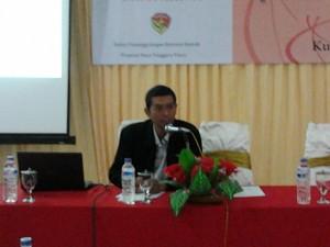 Bapak Catur Sudiro Memberikan Presentasi