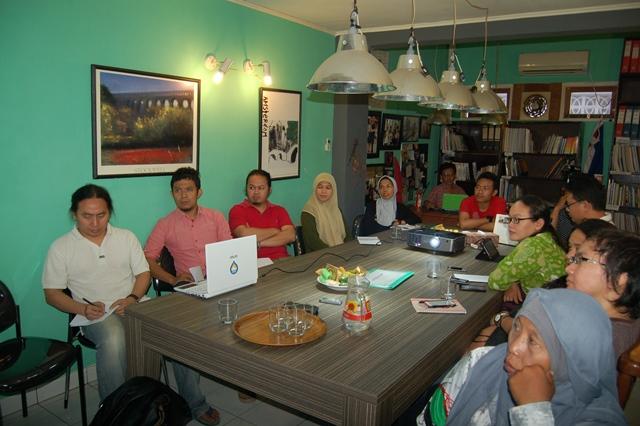 Para peserta diskusi yang terlihat aktif mendengarkan