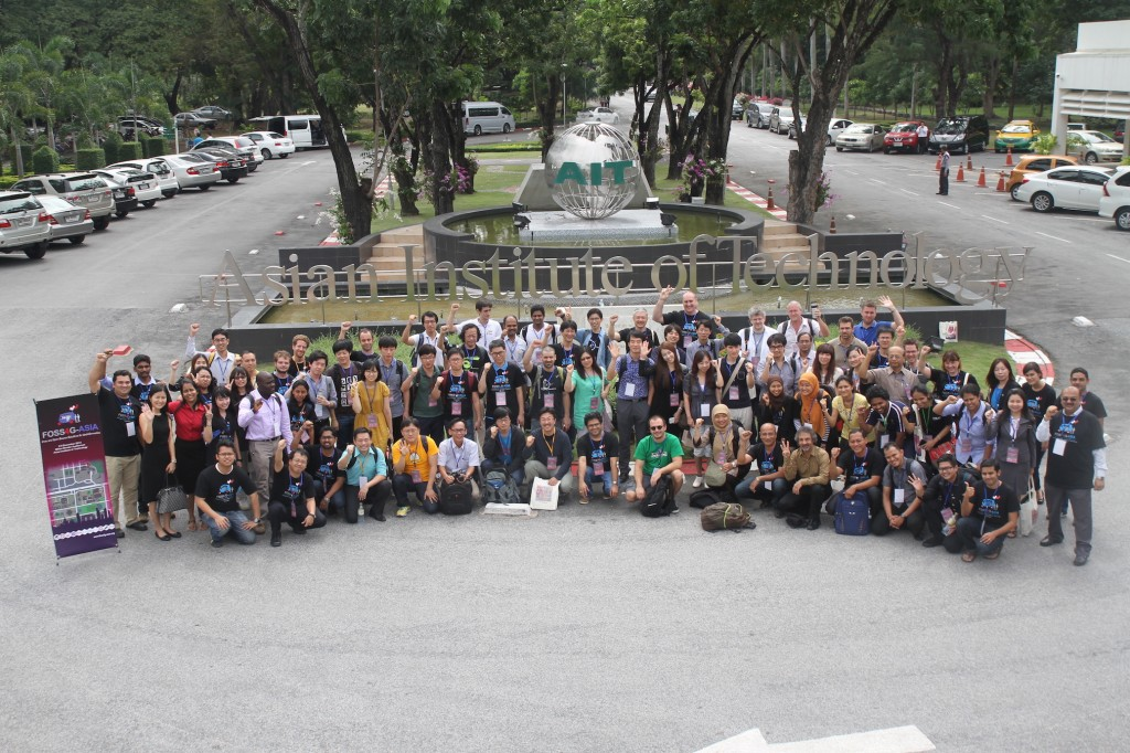 Photo Session with all participants and committees (Source : FOSS4G Asia Website)